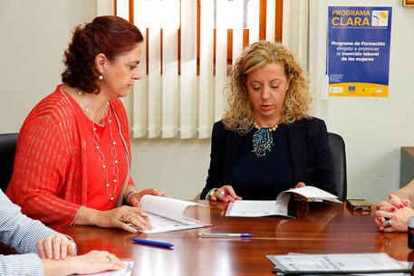 firma acuerdo clara insercion sociolaboral mujer